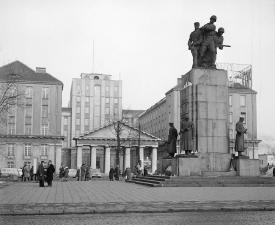 Pomnik Braterstwa na tle byego Urzdu Bezpieczestwa fot Z Siemaszko 1963
