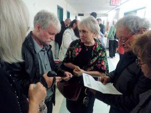 Piotr Zarębski po lewej w rozmowie z widzami